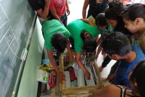 Leerlingen met de groene leskist