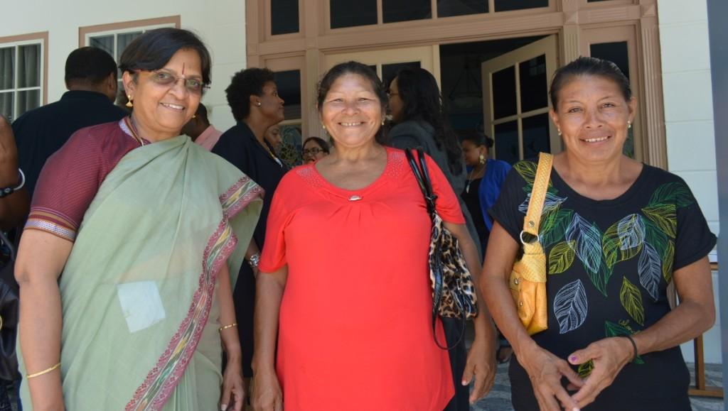 Vlnr: hare excellentie M.Subashini Ambassadeur van de republiek India , Anna Natawi en Ketoera Aparaka