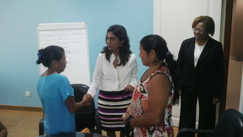 Vlnr: Ketoera Aparaka, de Minister van Buza Suriname  Niermala Badrising, Anna Nantawi en de directeur van Buza Ellen Naarendorp