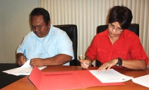 vlnr: directeur van LVV, Djoemadie Kasanmoesdiran, directeur ACT Suriname Minu Parahoe
