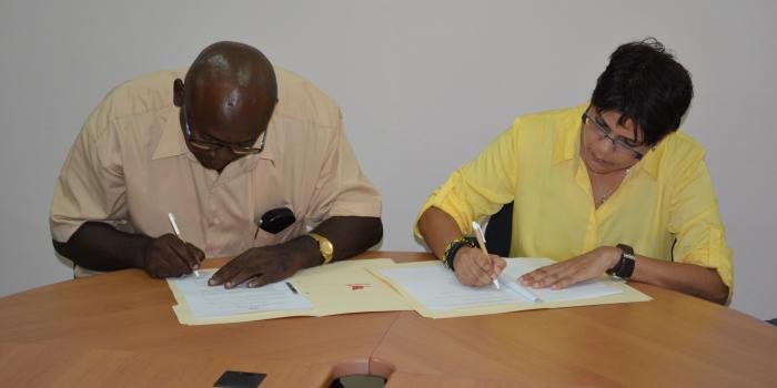 Intentieverklaring getekend tussen de granman der Matuariers en ACT Suriname