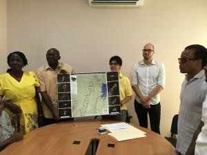 vlnr: Gerda Beely (Stg. Avittiemauw), Matawai Granman Leslie Valentijn, ACT-Suriname Directeur Minu Parahoe, ACT kartograaf Rudo Kemper, en Edgar Davids.