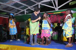 ACT-S program director Minu Parahoe feliciteerd the winnaar Dinaura Asaf van dit contest.