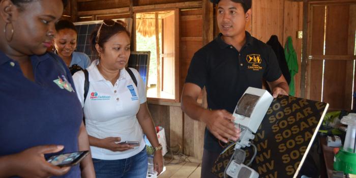Donoren bezoeken Tepu zonnenpanelenproject