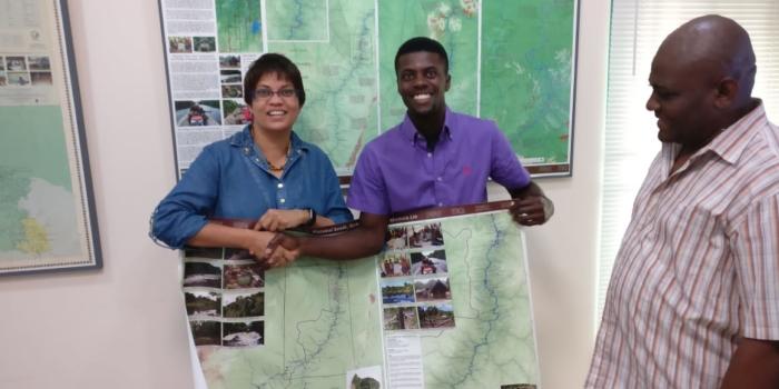 ACT overhandigt gebiedskaarten Matawai Boven-Saramaccca